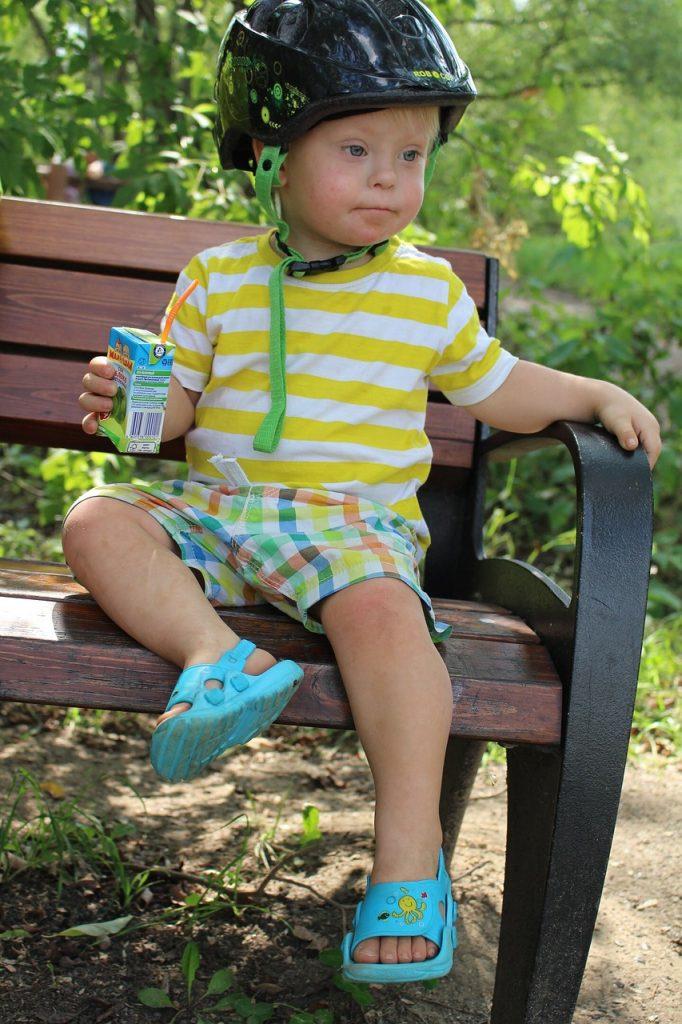 Bild av en pojke som har Down syndrom.