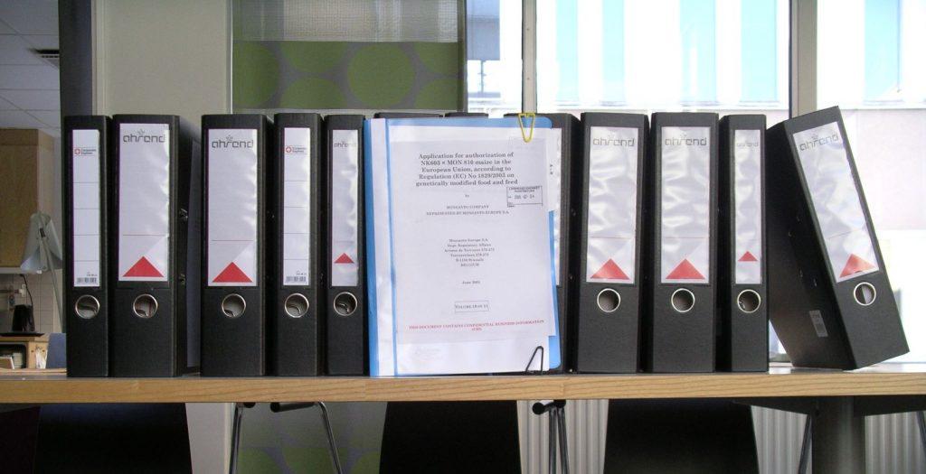 En bild på pärmar med en fullständig ansökan om marknadsgodkännande. Kan vara i storleksordningen 10 000 sidor. Foto: Christer Andersson.